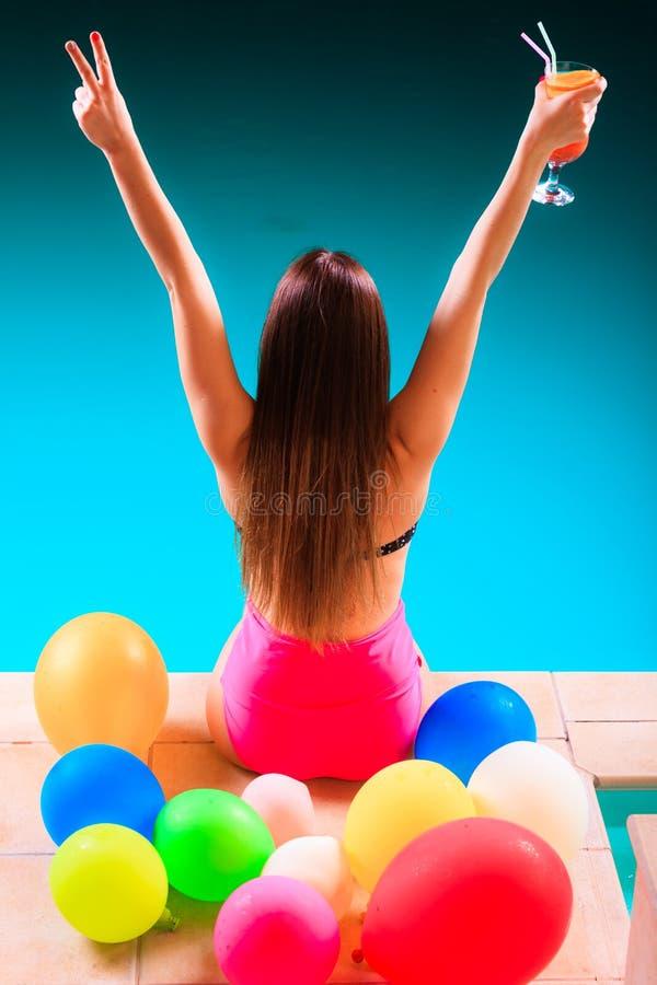 Femme heureuse ayant l'amusement à la piscine photo stock