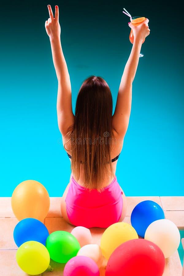 Femme heureuse ayant l'amusement à la piscine image stock