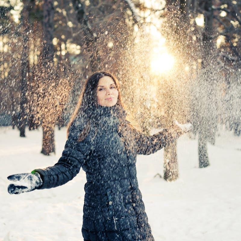 Femme heureuse ayant l'amusement dans la neige images libres de droits
