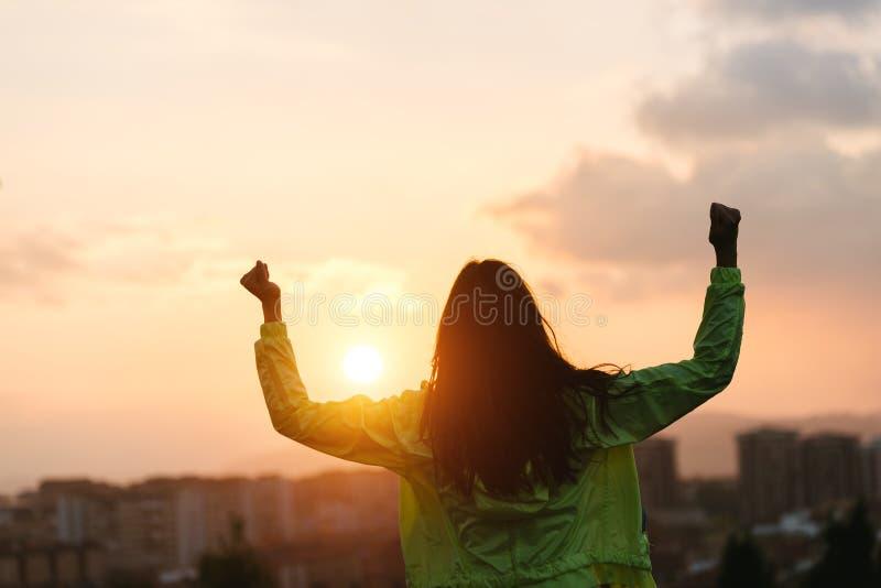 Femme heureuse célébrant le succès de mode de vie de sport et de forme physique photographie stock