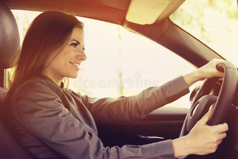 Femme heureuse conduisant une voiture image stock