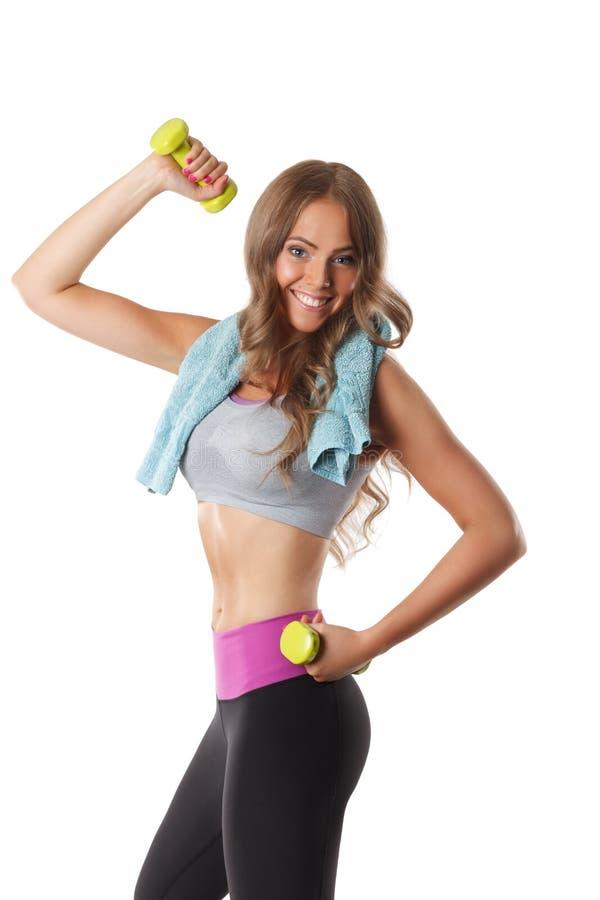 Femme heureuse convenable s'exerçant avec des haltères photos stock
