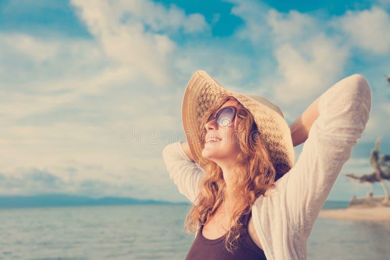 Femme heureuse détendant à la plage Concept de vacances d'été photos stock