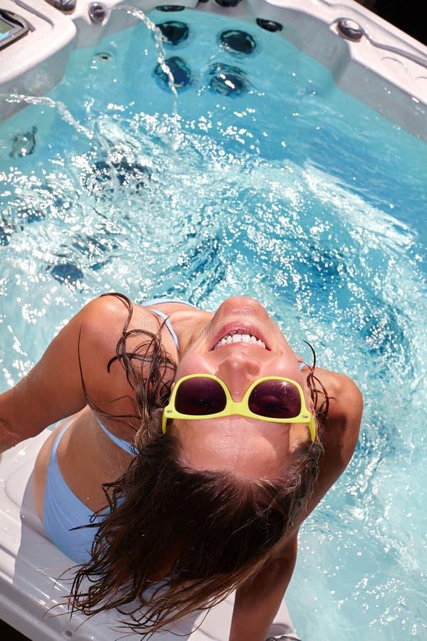 Femme heureuse détendant dans le baquet chaud photos stock