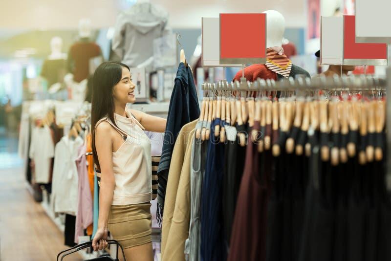 Femme heureuse d'achats au centre commercial image libre de droits