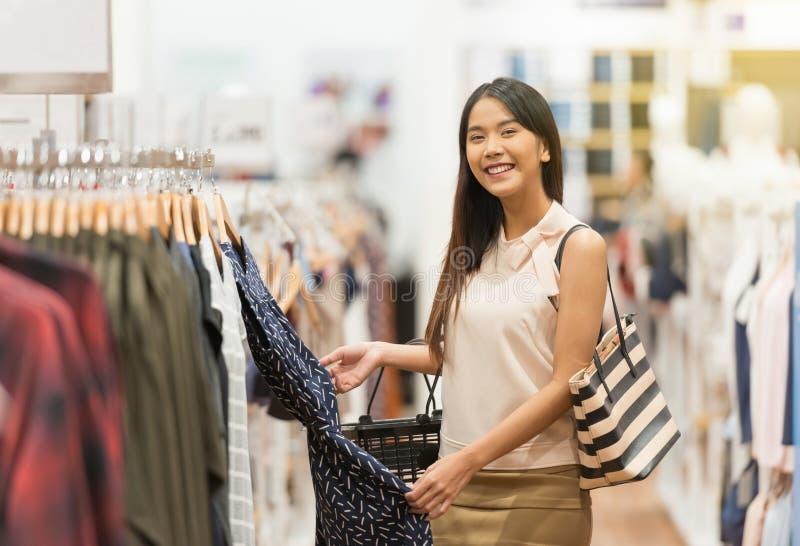 Femme heureuse d'achats au centre commercial photo libre de droits