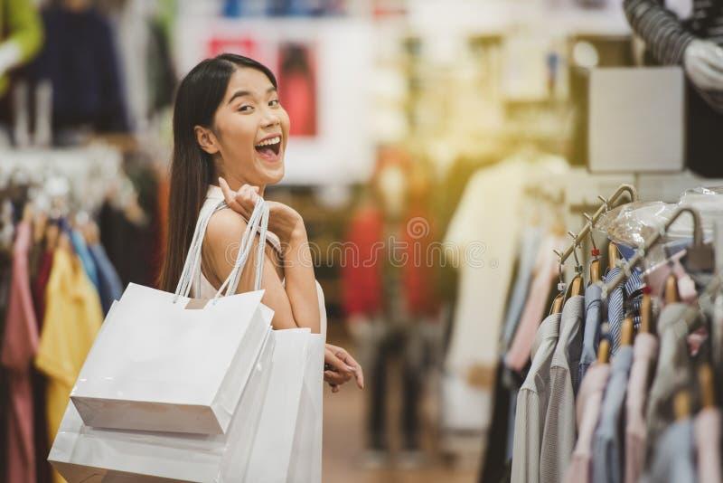 Femme heureuse d'achats au centre commercial photo stock