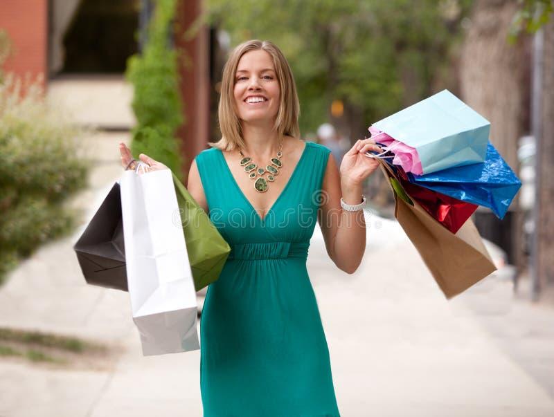Femme heureuse d'achats dehors photos libres de droits