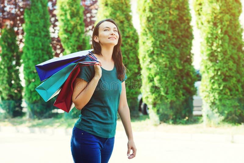 femme heureuse d'achats Fille avec des paniers appréciant après des ventes saisonnières Mode de femme Consommationisme, achats, v photographie stock libre de droits