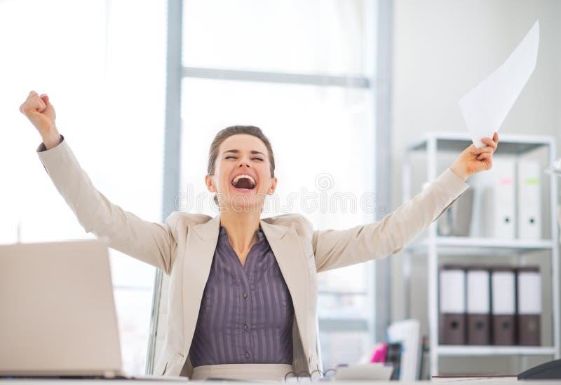 Femme heureuse d'affaires avec la réjouissance de document image stock