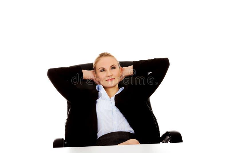 Femme heureuse d'affaires détendant dans le bureau image stock
