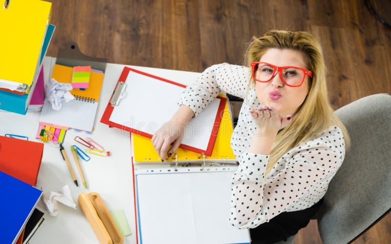 Femme heureuse d'affaires dans le baiser de coup de bureau photos stock