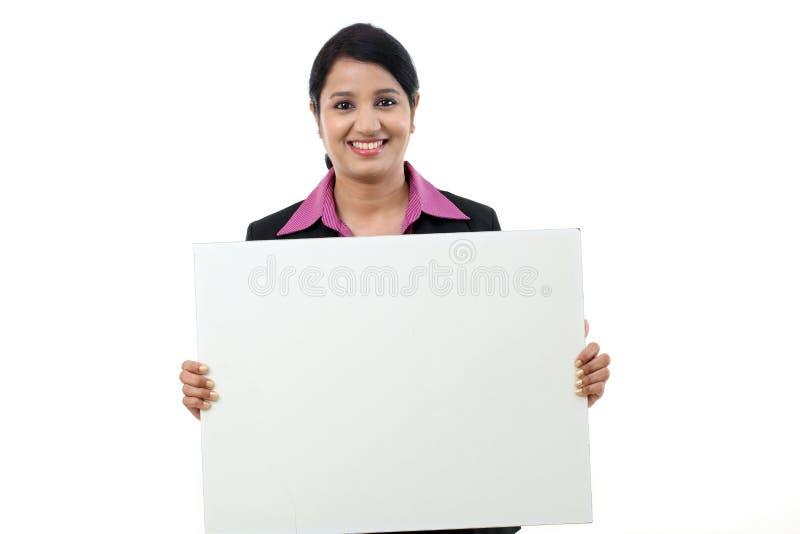 Femme heureuse d'affaires montrant l'enseigne vide photo libre de droits