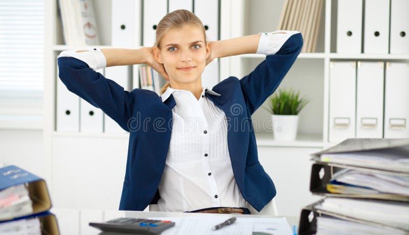Femme heureuse d'affaires ou comptable féminin ayant quelques minutes pour le café et plaisir au lieu de travail photographie stock libre de droits