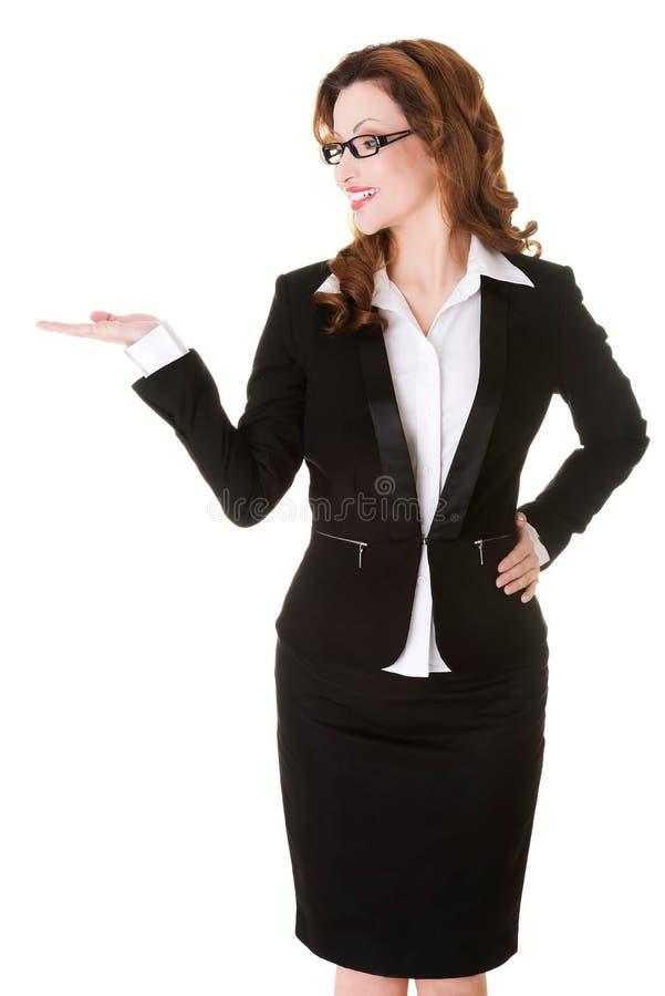 Femme heureuse d'affaires présent quelque chose sur la paume photos stock