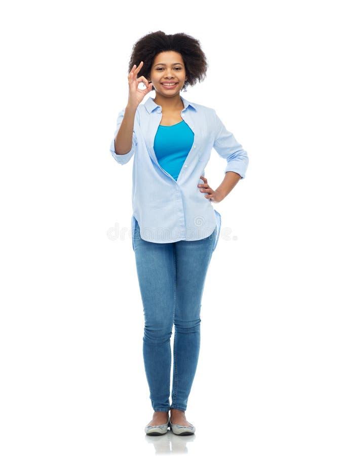 Femme heureuse d'afro-américain montrant le signe correct de main image libre de droits