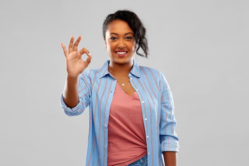 Femme heureuse d'afro-américain montrant le signe correct de main photographie stock