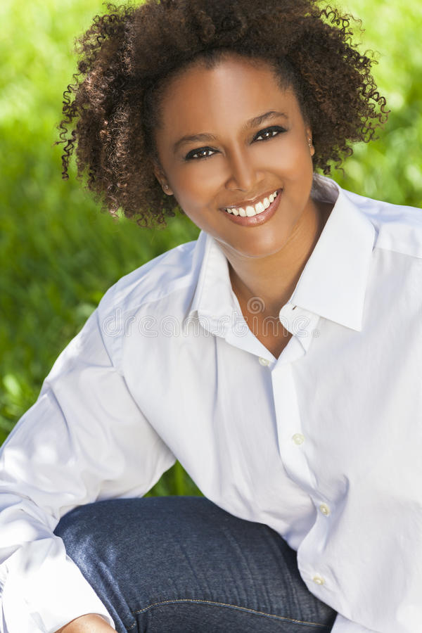 Femme heureuse d'Afro-américain souriant dehors photographie stock