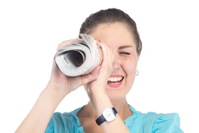 Femme heureuse d'image regardant dans la magazine photos stock