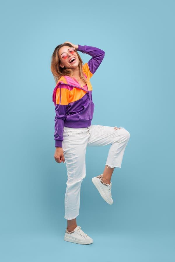 Femme heureuse dans des vêtements lumineux image stock