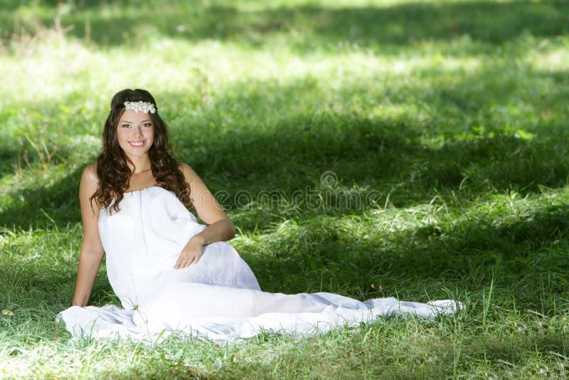 Femme heureuse dans la robe blanche sur la nature photos libres de droits