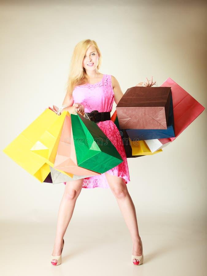 Femme heureuse dans la robe courte avec des paniers image stock