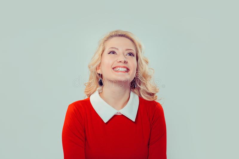 Femme heureuse dans la robe rouge recherchant photos stock