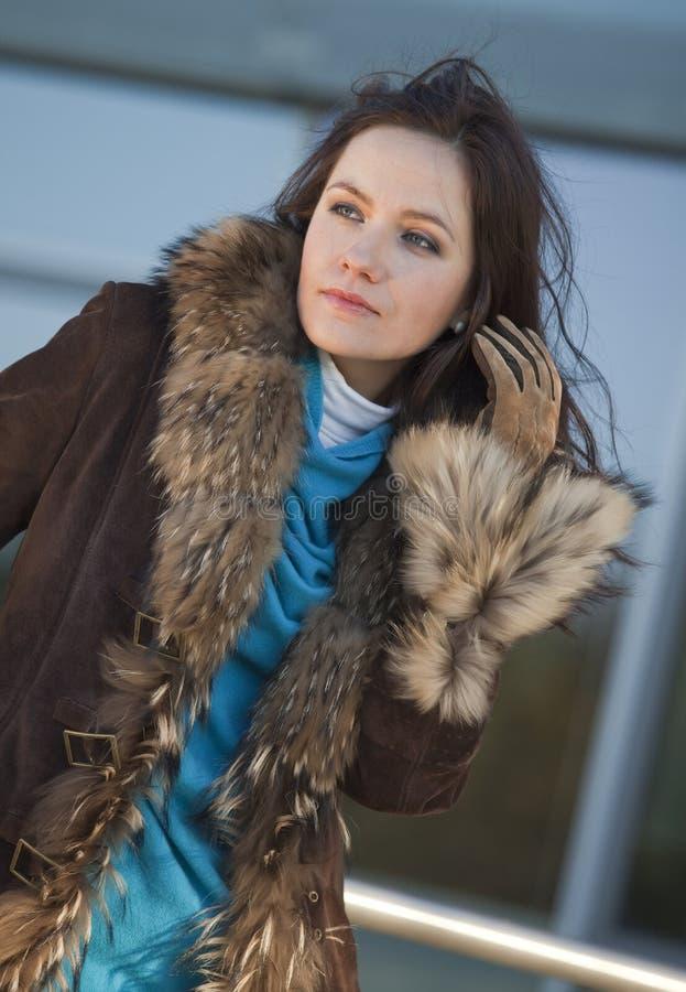 Femme heureuse dans le manteau de fourrure photos libres de droits