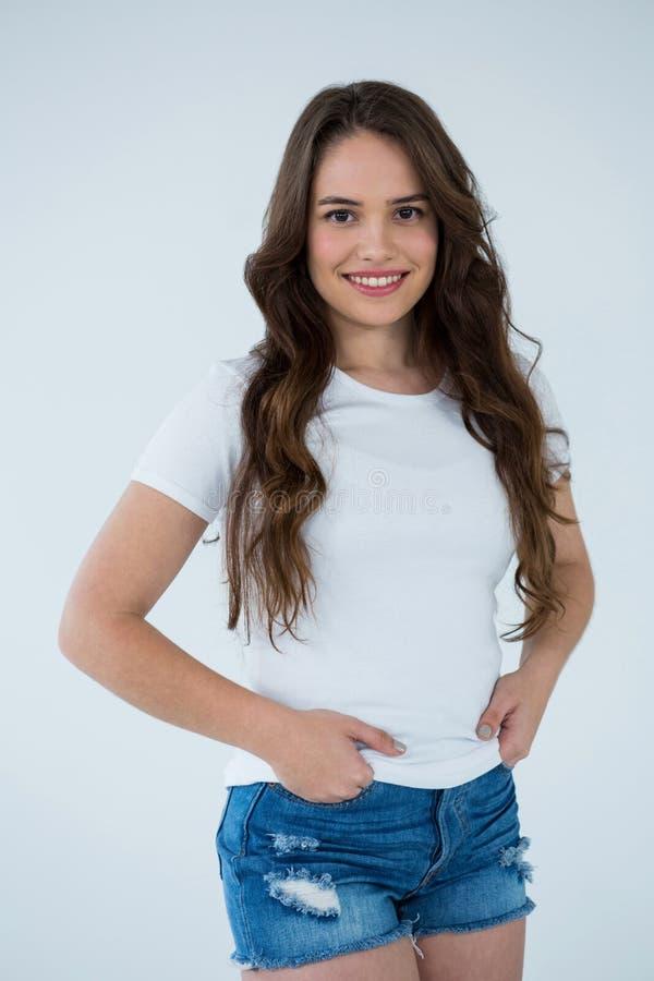Femme heureuse dans le T-shirt blanc et le pantalon chaud photographie stock