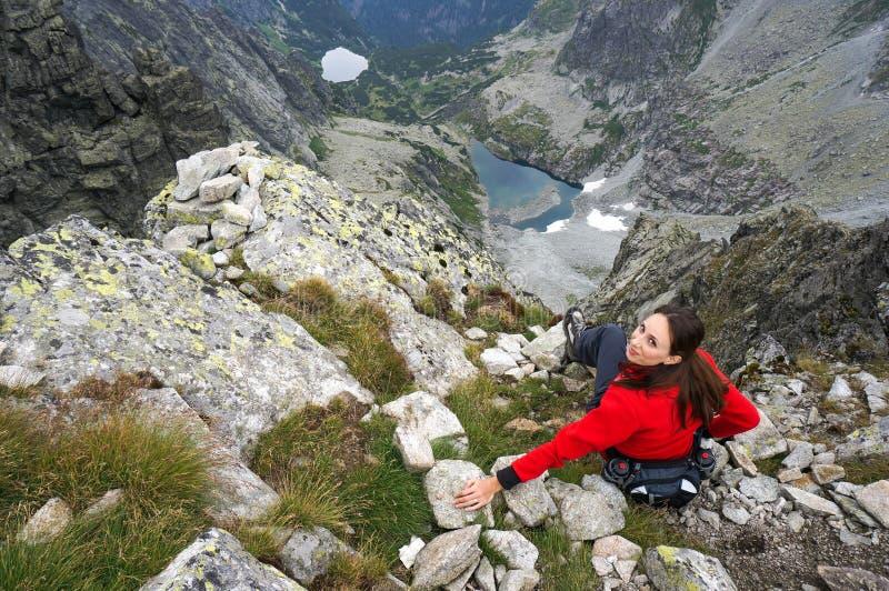 Femme heureuse dans les montagnes photographie stock libre de droits