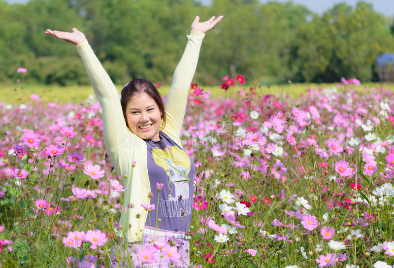 Femme heureuse dans un beau domaine de fleurs. photo stock