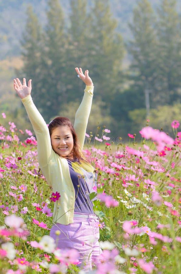 Femme heureuse dans un beau domaine de fleurs. photo libre de droits