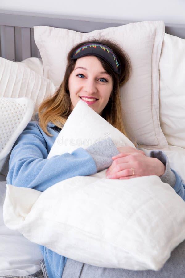 Femme heureuse dans un masque pour un rêve photos libres de droits
