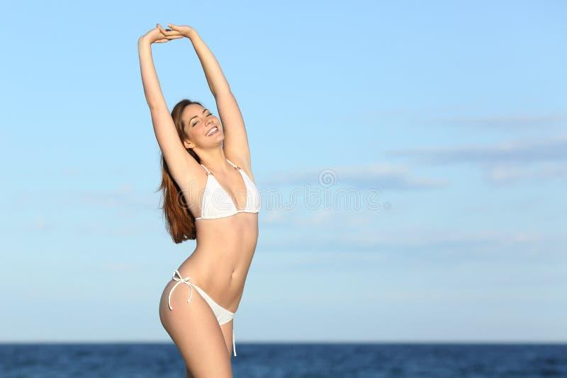 Femme heureuse de forme physique avec le corps parfait sur la plage photos libres de droits