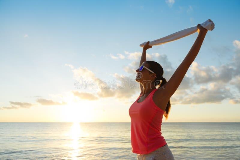 Femme heureuse de forme physique célébrant le succès de séance d'entraînement d'été photo stock