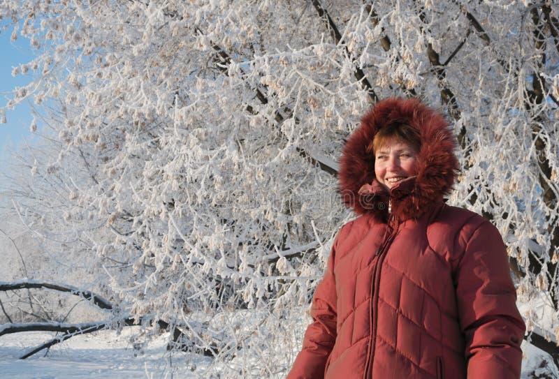 Femme heureuse de l'hiver images stock