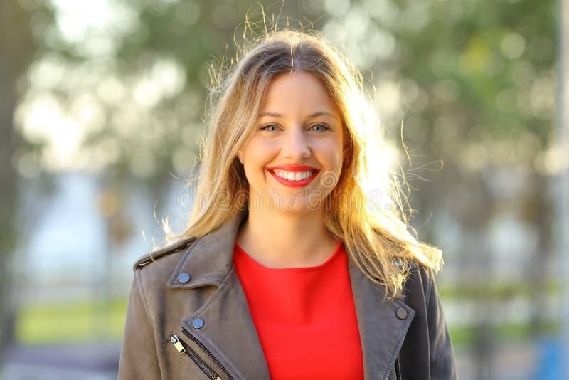 Femme heureuse de mode posant regardant l'appareil-photo images stock