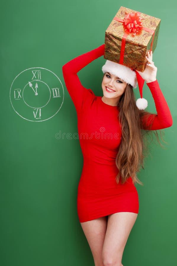 Femme heureuse de Noël avec le présent photo stock