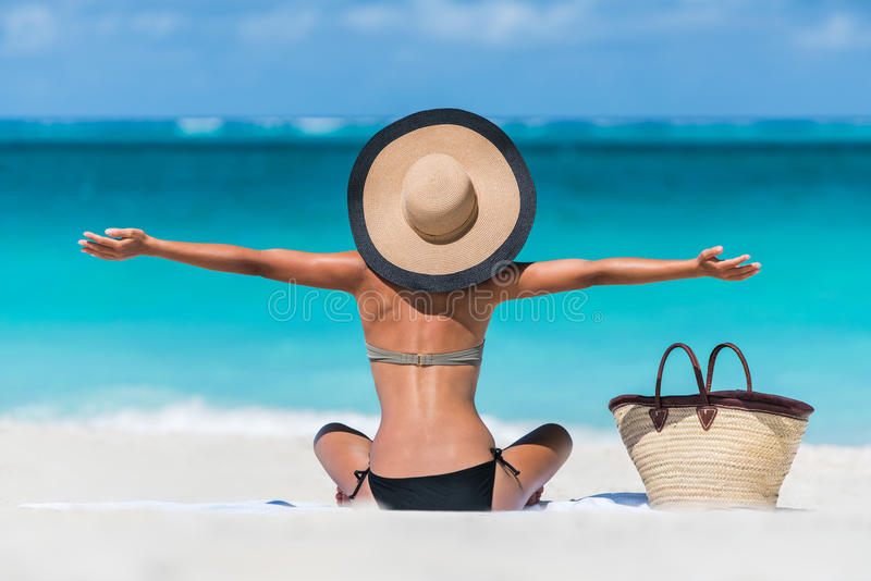Femme heureuse de plage de vacances d'été appréciant des vacances image stock