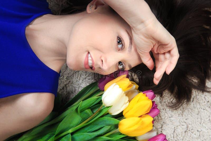 Femme heureuse de ressort photographie stock
