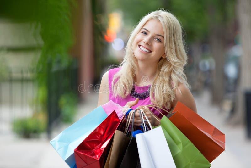 Femme heureuse de Shopaholic photo stock