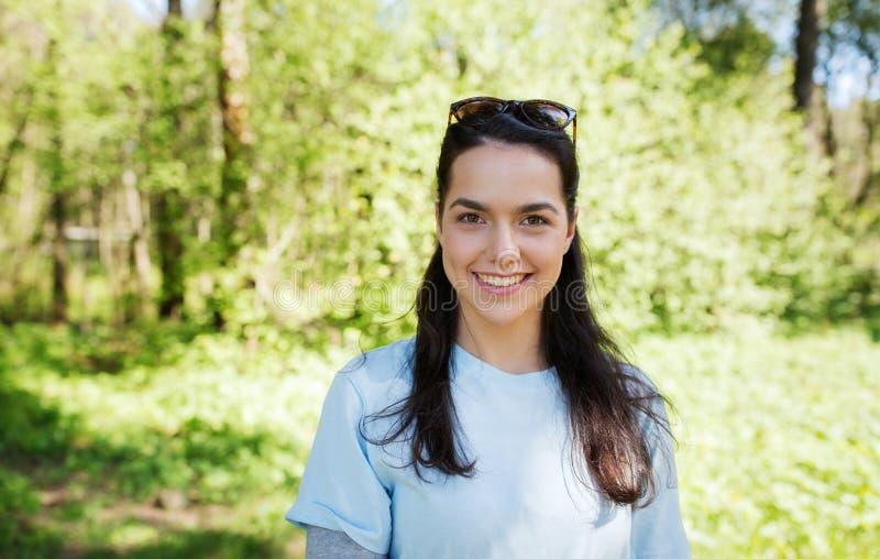 Femme heureuse de volontaire de jeunes dehors images libres de droits