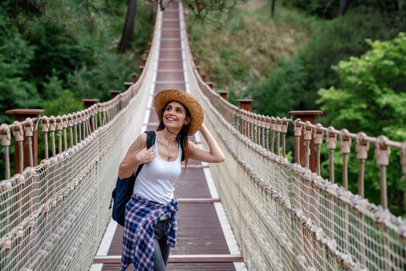 Femme heureuse de voyage sur le concept de vacances Le voyageur drôle apprécient son voyage et le préparent pour risquer images stock
