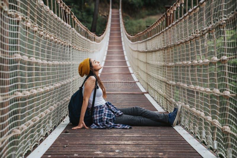 Femme heureuse de voyage sur le concept de vacances Le voyageur drôle apprécient son voyage et le préparent pour risquer photographie stock