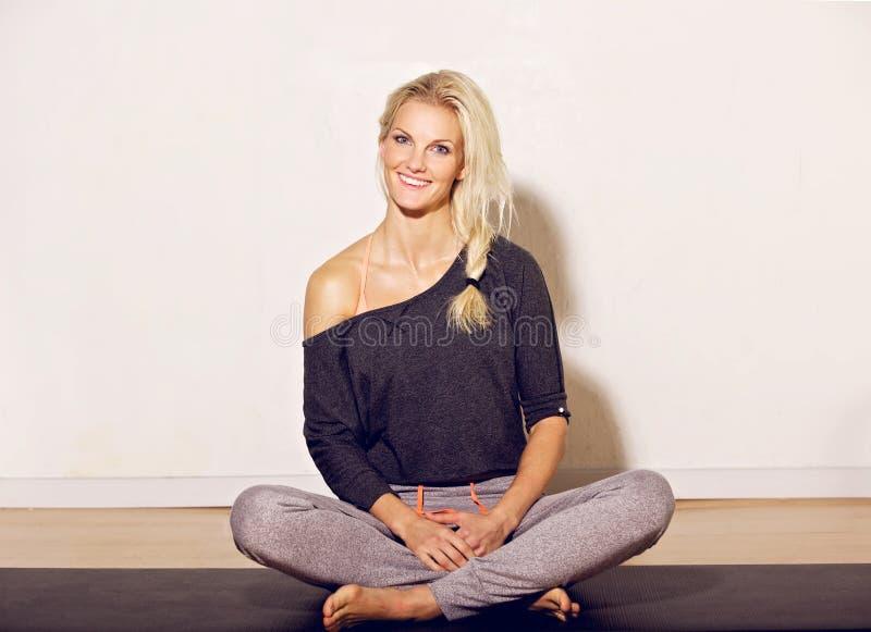 Femme heureuse de yoga image stock