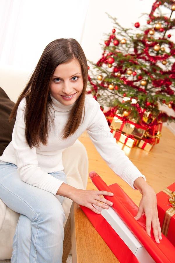 Femme heureuse enveloppant le cadeau de Noël photos libres de droits