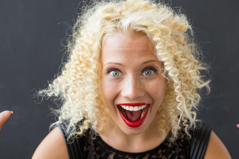 Femme heureuse et étonnée photo libre de droits