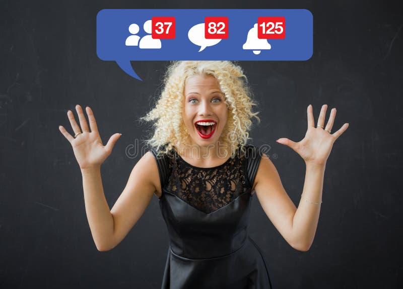Femme heureuse excitée au sujet des avis sur des médias sociaux photographie stock libre de droits