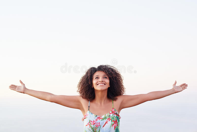 Femme heureuse exprimant la liberté dehors photo stock