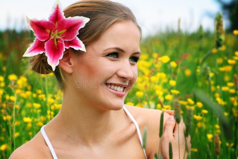 Femme heureuse extérieure photos libres de droits
